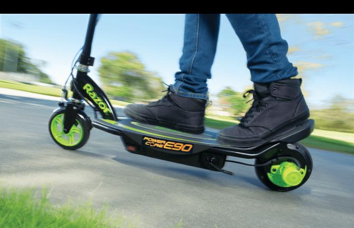 Im direkten Duell mit benzinbetriebenen Zweirädern steigen E-Scooter aufgrund des geringeren Wartungsaufwands besser aus.