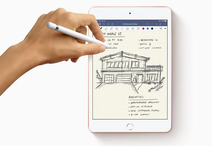 """Dank seiner kompakten Ausmaße und des geringen Gewichts ist das """"iPad mini"""" das perfekte Gadget für unterwegs. Und passt so in jede noch so kleine Tasche oder einen engen Rucksack. In Kombination mit dem """"Apple Pencil"""" wird das """"iPad mini"""" zum perfekten Begleiter für die akademische Karriere. Im Hörsaal fungiert es als smarter Notizblock, unterwegs und in den Pausen hilft es dank seiner multimedialen Talente, die Zeit sinnvoll zu nutzen."""