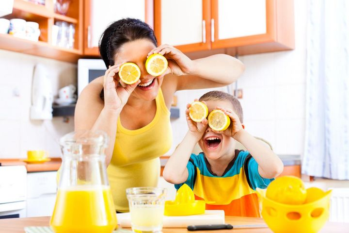 Mehr Saft aus erwärmten Zitronen pressen.