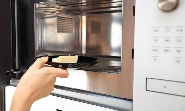 Butter lässt sich in der Mikrowelle auf Raumtemperatur bringen.