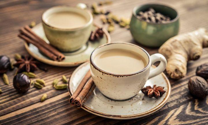 Gewürznelken, Kardamom, Zimt und Ingwer ergeben den typischen Chai-Geschmack.
