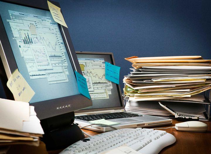 Ein chaotischer Schreibtisch