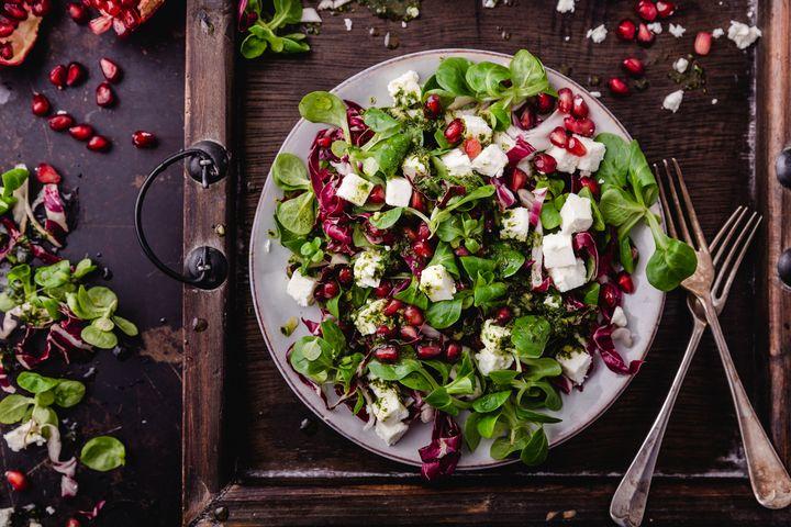 Feldsalat harmoniert mit Feta, Granatapfel, Nüssen, Birnen und Pesto.