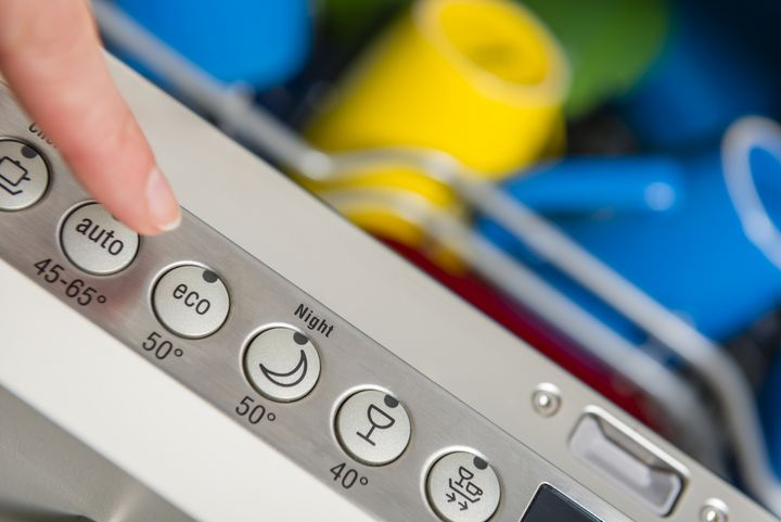 Leicht verschmutztes Geschirr kann bei niedrigeren Temperaturen gewaschen werden.