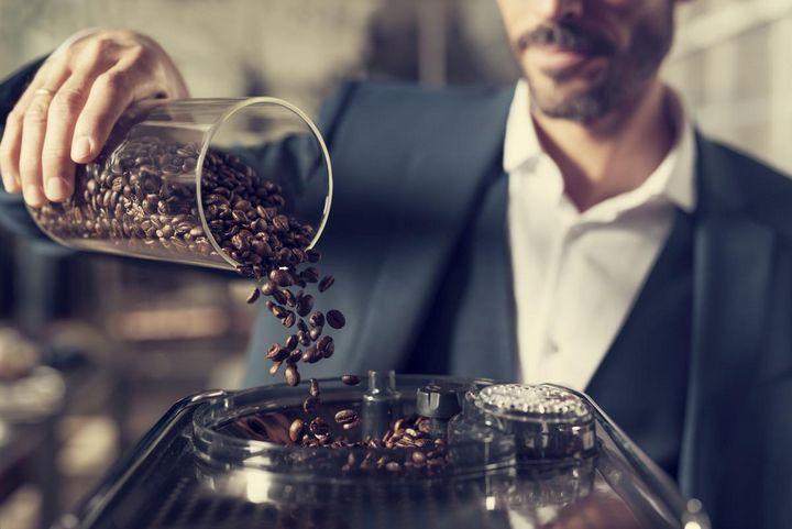 """Der Kaffeeauslauf der """"Philips Saeco Xelsis SM7683/00"""" ist von 75 bis 148 mm höhenverstellbar."""