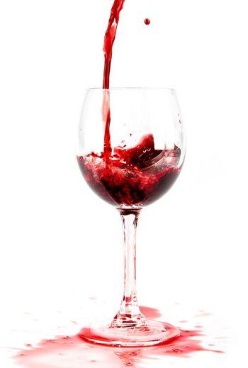 Rotweinflecken kann man mit Weißwein entfernen.