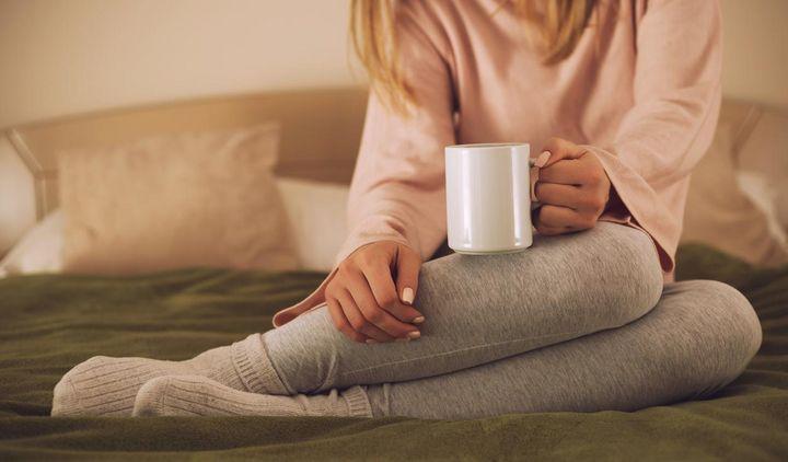 Trinken Sie eine Tasse Tee mit Honig bevor Sie ins Bett gehen.