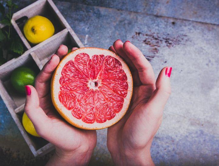Grapefruit, Limette, Zitrone und Orange kühlen im Sommer.