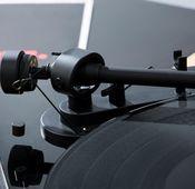 Das Gegengewicht mit dem Skalenring nach vorne gegen den Uhrzeigersinn auf den hinteren Teil des Tonarms schrauben. Durch Kalibrieren des Gegengewichts den Tonarm ausbalancieren und dann wieder auf die Tonarmstütze setzen.