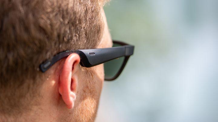 In den Bügeln der Brille befinden sich Kopfhörer.