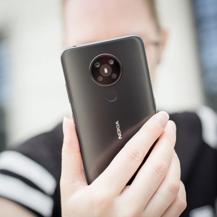 Das Nokia-Smartphone präsentiert sich schlicht.