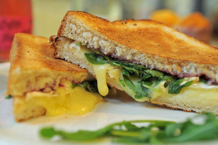 Käse-Rucola-Schinken-Toast.