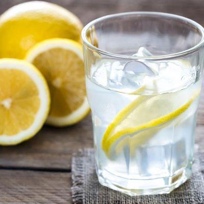 Ein Glas Zitronenwasser am Tag hält gesund.