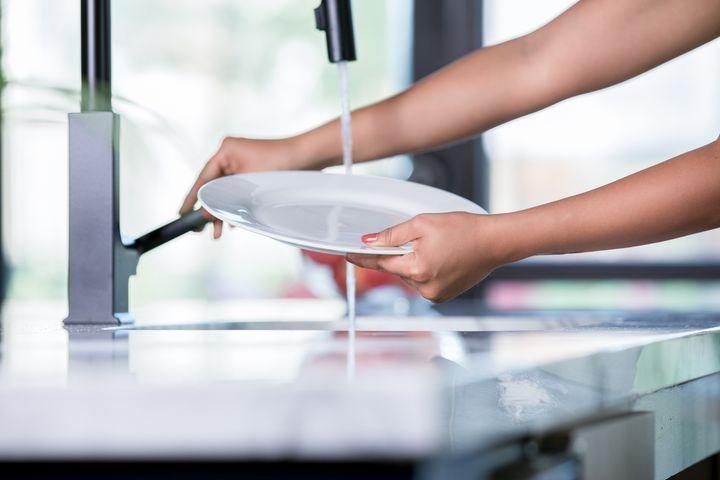 Abgesehen von groben Resten müssen Sie das Geschirr nicht vorspülen.