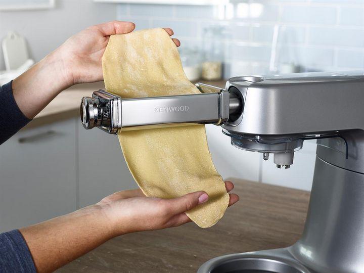 Eine Küchenmaschine erspart viel Anstrengung beim Teig kneten.