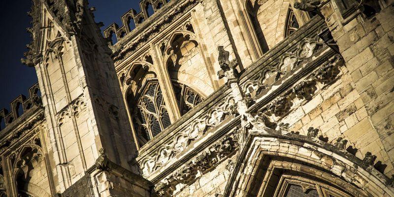 Deezer-Hörbuch: Die Säulen der Erde. Im fiktiven Ort Kingsbridge will ein Prior eine Kathedrale errichten lassen.
