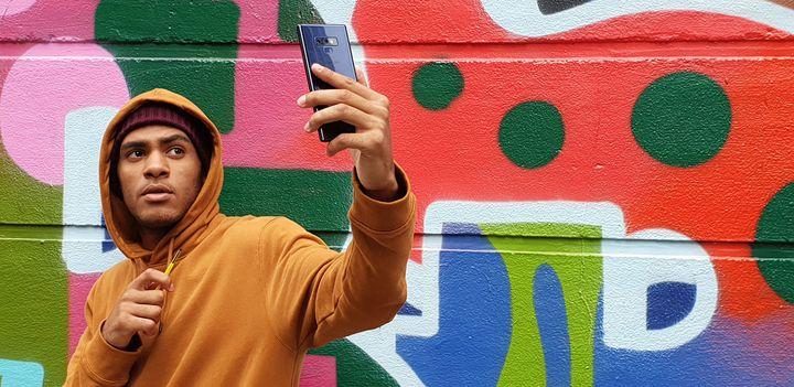 Das Smartphone ist in vielen Farben erhältlich.