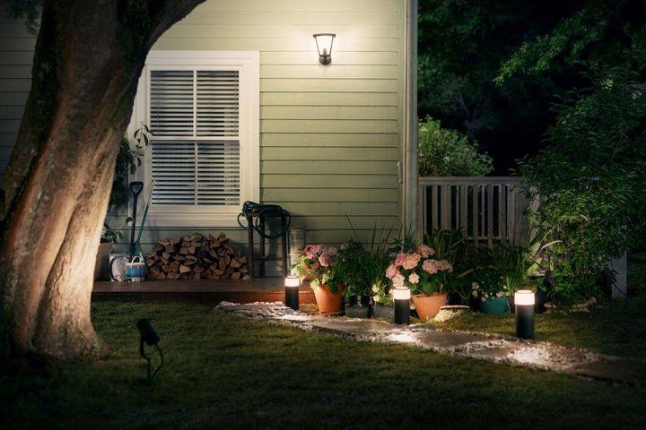 """Mit """"Philips Hue""""-Outdoorlampen machen Sie Ihr Zuhause sicherer."""