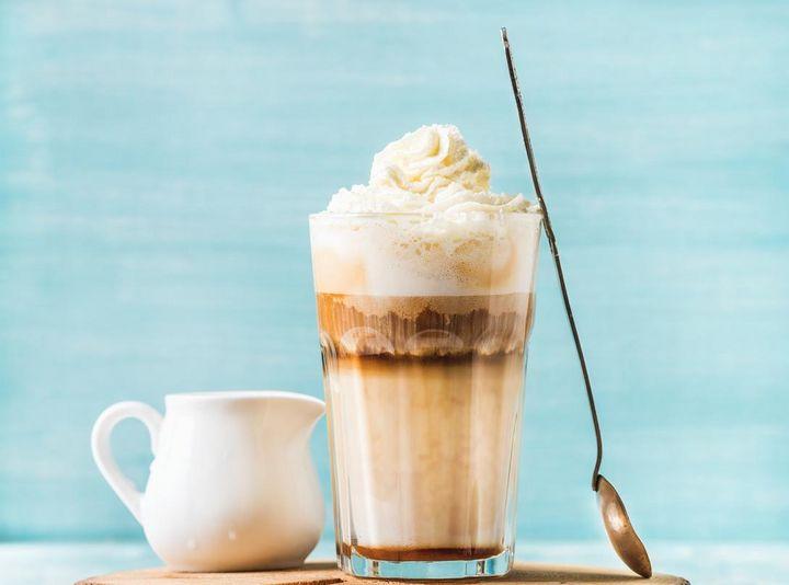 Die verschiedenen Schichten von Latte Macchiato entstehen durch die unterschiedliche Konsistenz von Milchschaum und Kaffee.