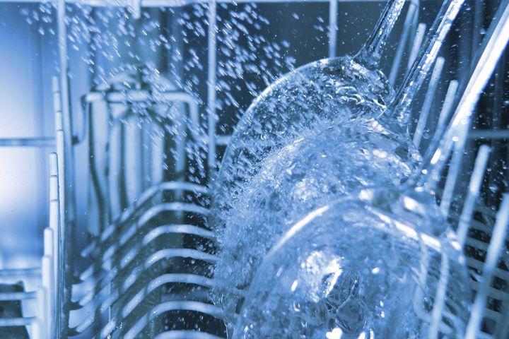 Das Aufheizen des Wassers verbraucht im Geschirrspüler am meisten Strom.