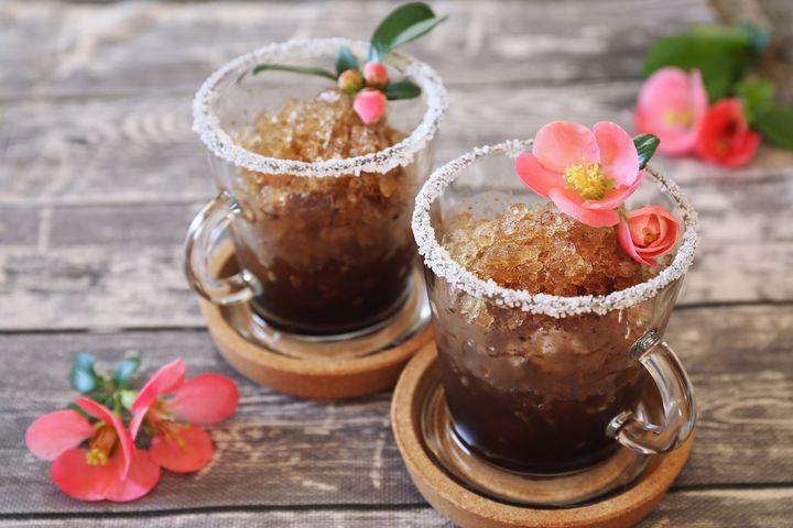 Für Granita di Caffè wird Espresso im Eiswürfelbehälter eingefroren und anschließend mit Zucker und einer Brise Zimt im Standmixer zerkleinert.