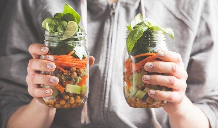 Gurken-Karotten-Kichererbsen-Salat im Glas.