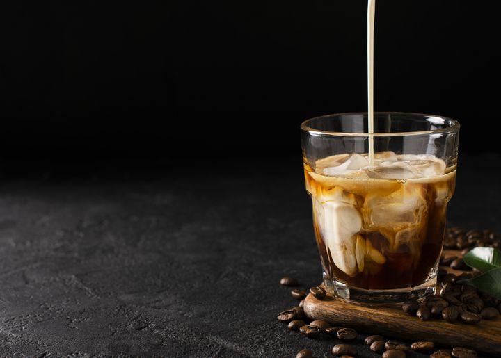 Optisch ist Arabica-Kaffee an der typischen haselnussbraun-rötlichen Crema zu erkennen.