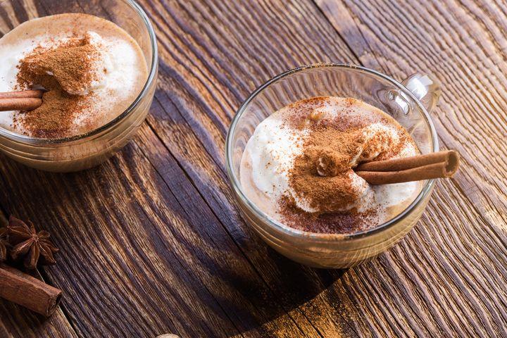 Zimtkaffee mit Mandelmilch zubereiten.