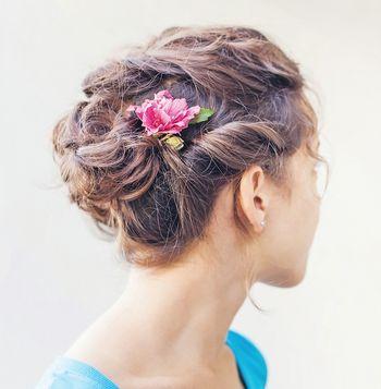 """Ganz im Sinne des """"Undone-Looks"""" dürfen sich einzelne Haarsträhnen lösen."""