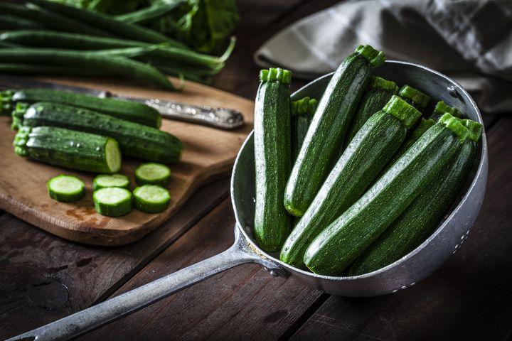 Zucchini kochen.