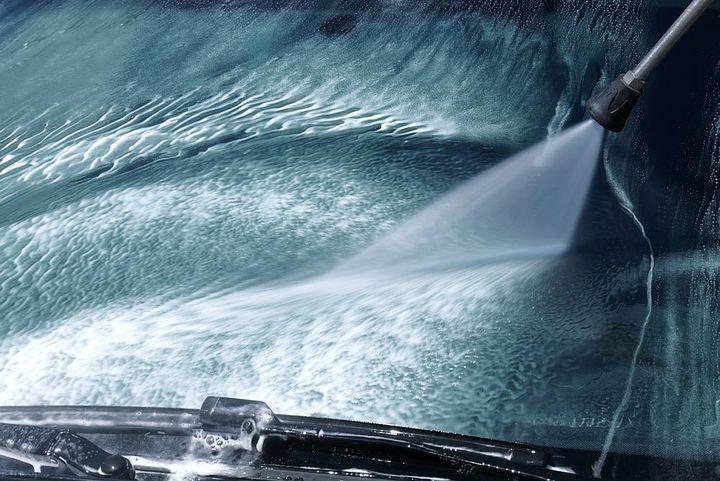 Auch Autos können mit Hochdruckreinigern gesäubert werden.