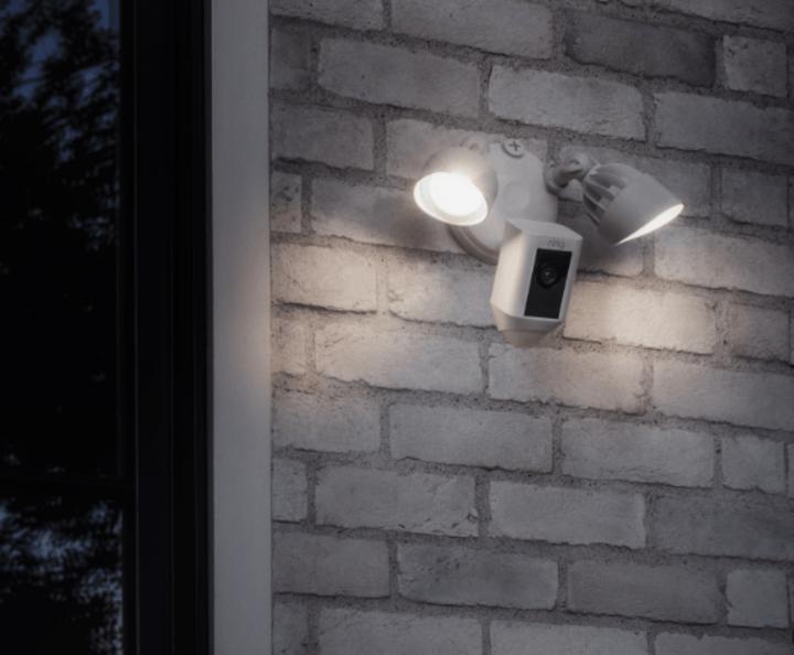 """Perfekt zur Sicherung der eigenen Immobilie sind smarte Überwachungskameras wie beispielsweise die """"Floodlight Cam"""" von Ring geeignet"""