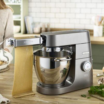 """Frische Nudeln zubereiten mit den """"KENWOOD Chef Titanium""""-Küchenmaschinen."""
