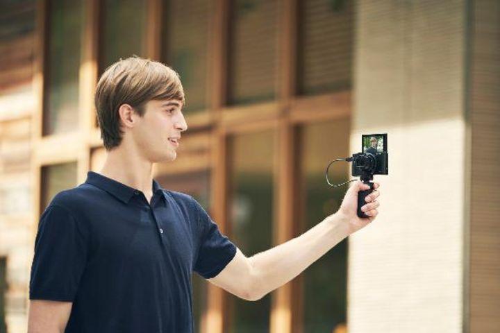 """Bei den neuen Sony Cyber-shot Kameras """"DSC-HX99"""" und """"DSC-HX95"""" kann der Autofokuspunkt mit der Fingerkuppe gesetzt werden."""