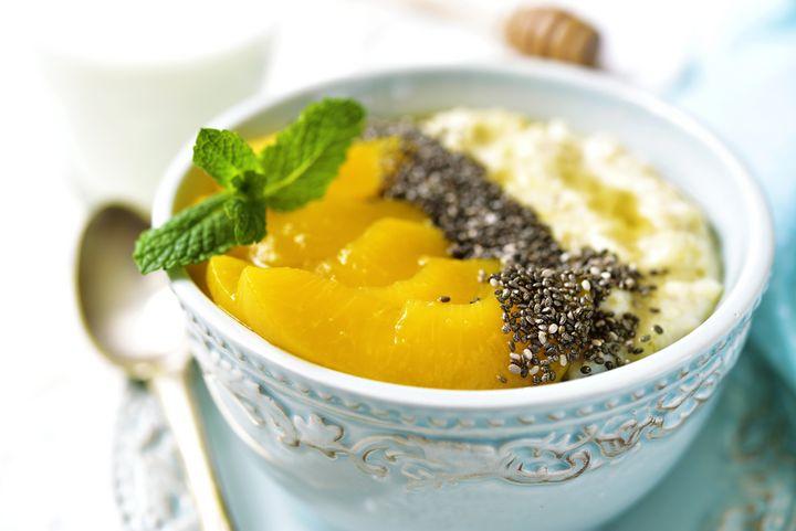 Mango-Chia-Porridge mit Mandelmilch ist ein sattmachendes Frühstück.