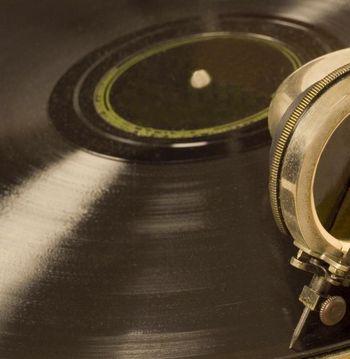 Platten hören auf dem Grammophon