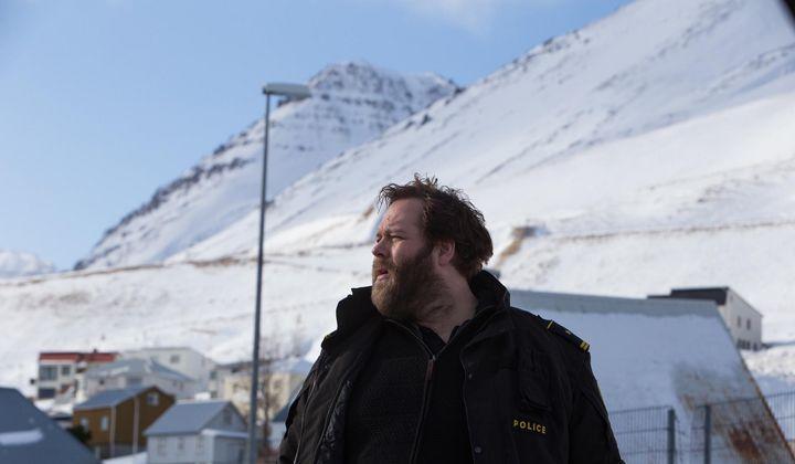 Trapped: Polizeichef Andri löst einen Mord in einem kleinen Küstendorf in Island.