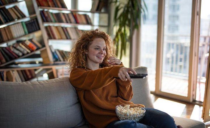 Keine Pflanzen oder Regale zwischen Fernbedienung und Fernseher platzieren.
