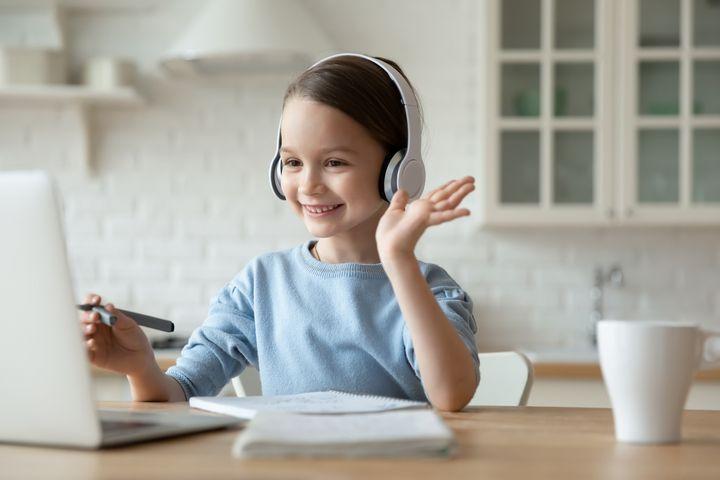 Schon kleine Kinder können sich über Videochats mit ihren Freunden unterhalten.