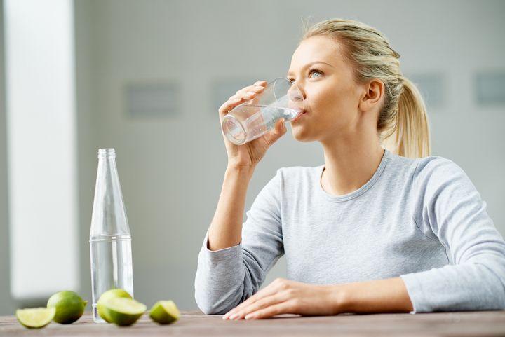 Wasser zu trinken ist gut für die Haut