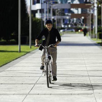 Gut geschützt am E-Bike unterwegs.