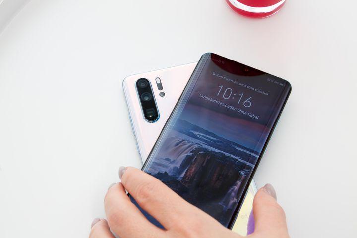 Andere Geräte lassen sich mit Hilfe des Smartphones aufladen.