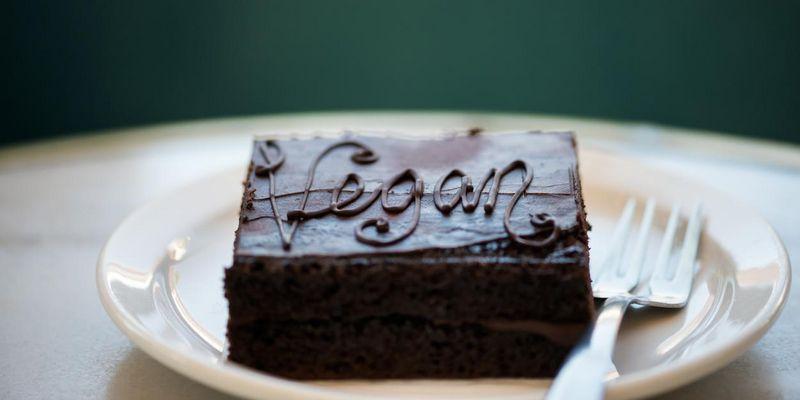 Veganer Kuchen schmeckt intensiv nach Schokolade.