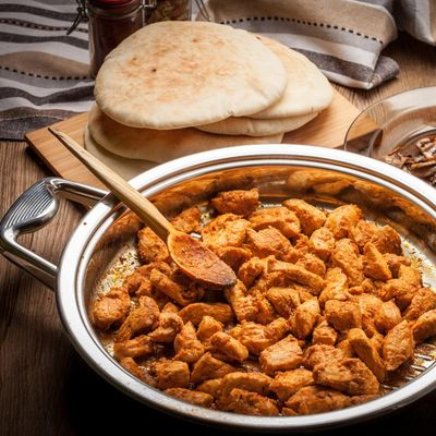 Pitabrot mit Curry-Huhn und Humus.