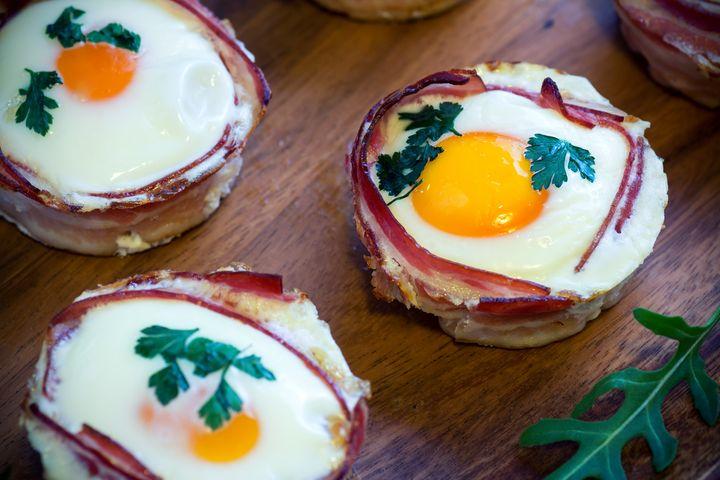 Frühstücks-Muffin mit Speck, Toastbrot und Ei.