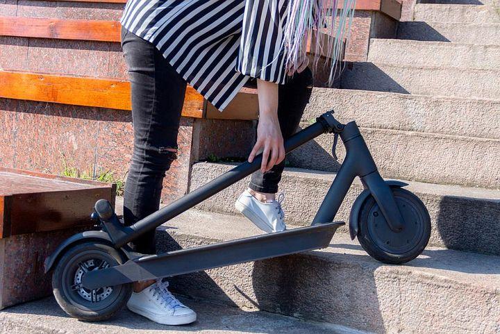 Klappbare E-Scooter lassen sich einfacher transportieren.