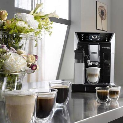 Kaffeevollautomaten wie PrimaDonna Class von De'Longhi sorgen für perfekten Kaffeegenuss.