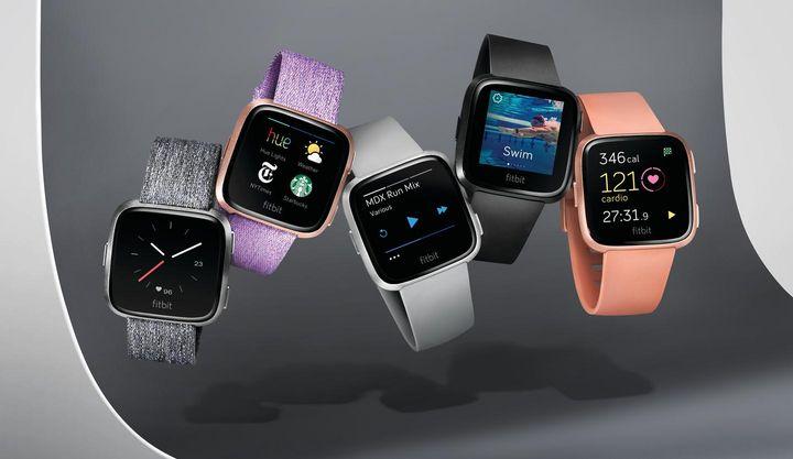 Die Fitbit Versa ist eine ultraleichte Smartwatch für Männer und Frauen.