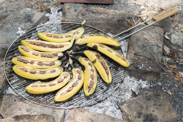 Die Restwärme am Grill kann man für die Zubereitung von gegrillten Bananen mit Schoko nützen.