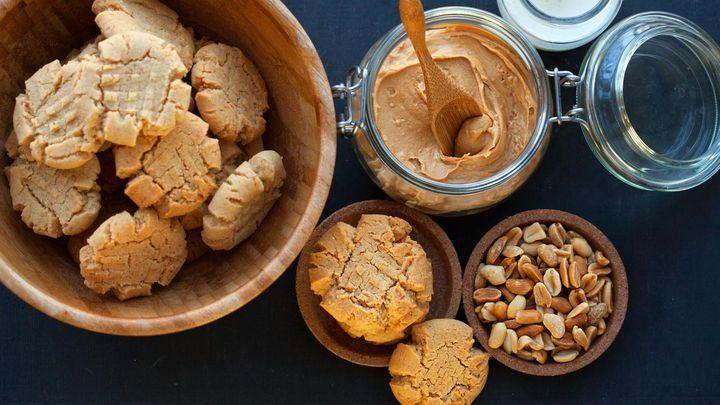 So einfach backen Sie Erdnuss-Cookies.